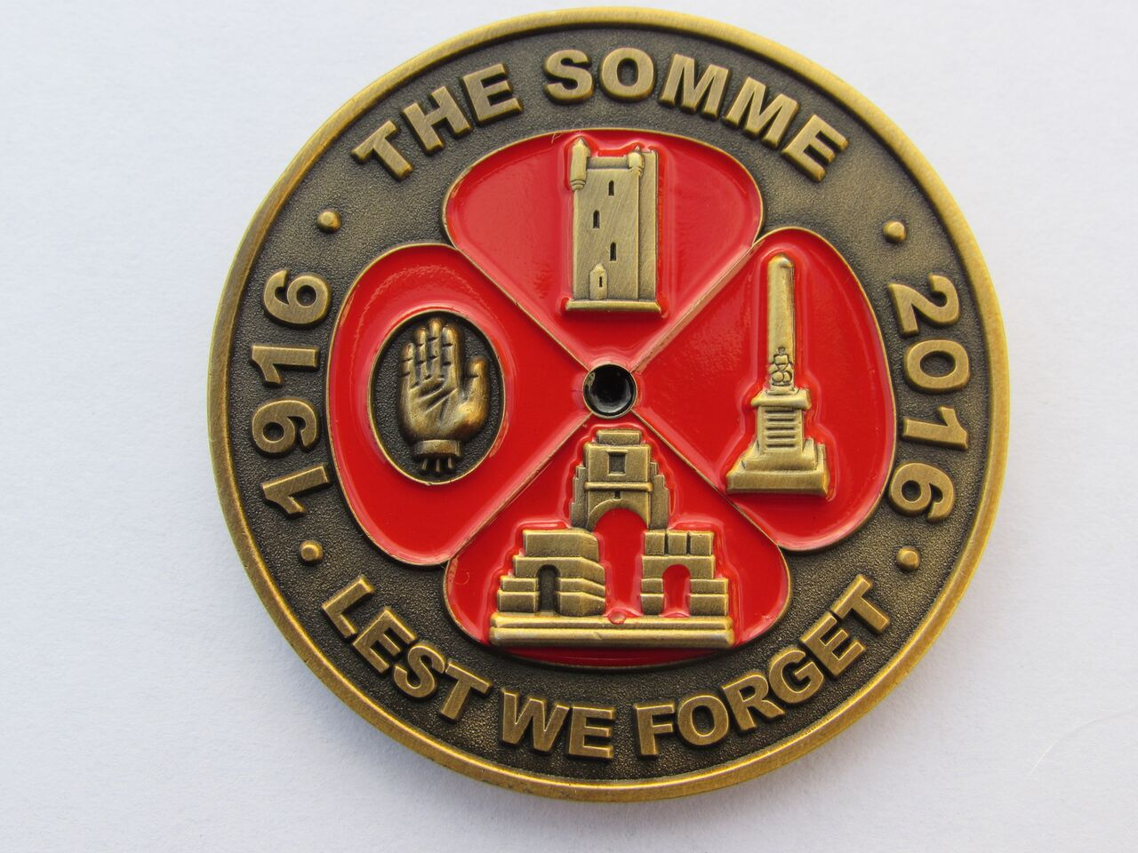 The coin contains images of Somme tributes including the Ulster